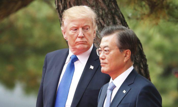 El presidente de Estados Unidos, Donald Trump, y el presidente de Corea del Sur, Moon Jae-In, asisten a una ceremonia de bienvenida en la Casa Azul presidencial en Seúl el 7 de noviembre de 2017. (Kim Hong-Ji/AFP/Getty Images)