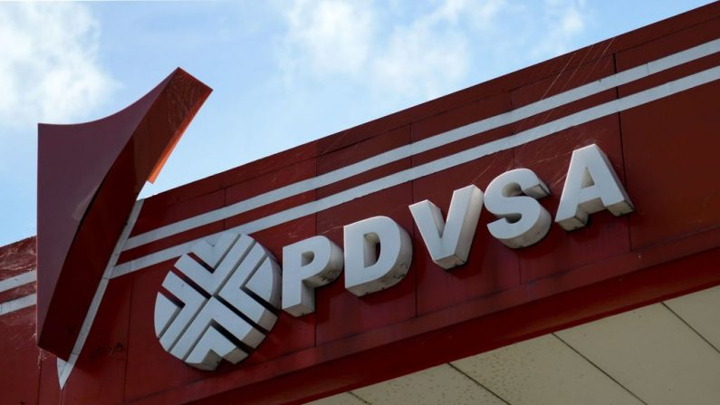 Imagen del logo de la petrolera estatal venezolana PDVSA, vista en una gasolinera de Caracas, el 14 de noviembre de 2017. (FEDERICO PARRA/AFP/Getty Images)