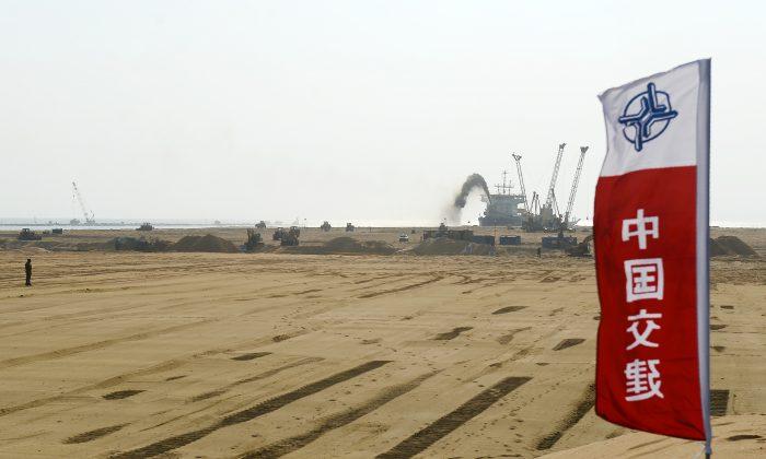 """Bombas drenando arena en un sitio para el proyecto de reclamación con inversión china por US$ 1,4 mil millones junto al Puerto marítimo en Colombo, Sri Lanka, el 2 de enero de 2018. China tiene varios proyectos de infraestructura planeados como parte de la iniciativa """"Un cinturón, un camino"""" para diseminar su influencia geopolítica. (Lakruwan Wanniarachchi/AFP/Getty Images)"""