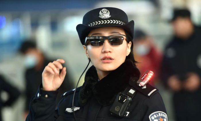 Un oficial de policía con un par de gafas inteligentes y un sistema de reconocimiento facial en la Estación de Ferrocarril Este de Zhengzhou, en la ciudad de Zhengzhou, en el centro de la provincia china de Henan, el 5 de febrero de 2018. (AFP/Getty Images)