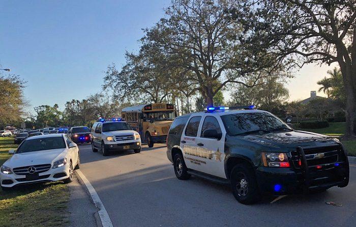Vehículos del Sheriff son vistos centro escolar de Coral Gables (sur de Florida). FOTOGRAFÍA DE AFP / Michele Eve SANDBERG (El crédito de la foto debe leer MICHELE EVE SANDBERG/AFP/Getty Images)