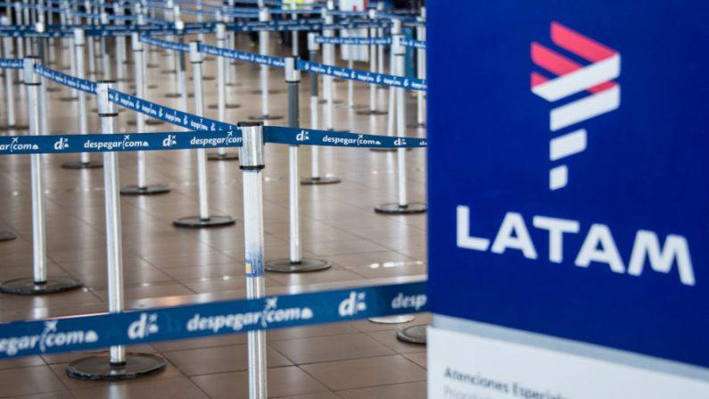 El área de facturación de Lan Express en la terminal de salidas del aeropuerto internacional de Santiago (Chile) permanece vacía, durante una huelga indefinida convocada por los tripulantes de cabina de la empresa, el 21 de abril de 2018. (MARTIN BERNETTI/AFP/Getty Images)