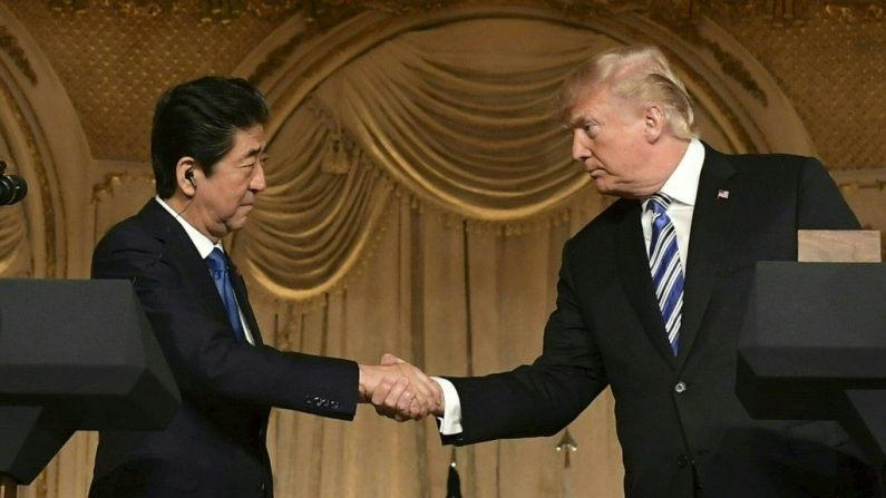 El presidente de Estados Unidos, Donald Trump, y el primer ministro japonés, Shinzo Abe, acuerdan reunirse para coordinar cumbre con Kim. (Photo credit should read MANDEL NGAN/AFP/Getty Images)
