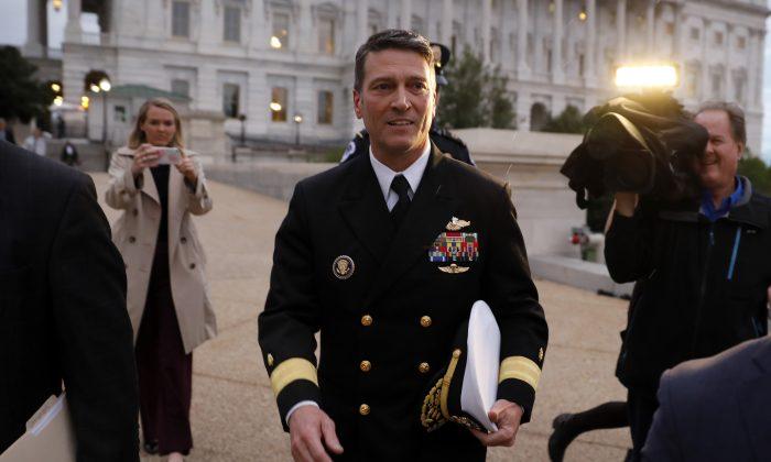 El Dr. Ronny Jackson sale del Capitolio de Estados Unidos en Washington, D.C., el 25 de abril de 2018. (Aaron P. Bernstein/Getty Images)