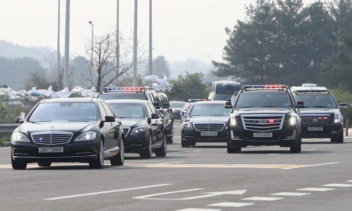 La caravana del presidente surcoreano Moon Jae-In pasó por un puesto de control en la carretera que conecta a Corea del Sur con Corea del Norte en el Puente de la Unificación, cerca de la zona desmilitarizada (DMZ) que separa a Corea del Sur y Corea del Norte, el 27 de abril de 2018, en Paju, Corea del Sur. (Chung Sung-Jun/Getty Images)