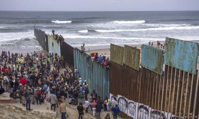 El 29 de abril de 2018, una caravana de solicitantes de asilo centroamericanos llega a la frontera en Tijuana, México. (David McNew/Getty Images)
