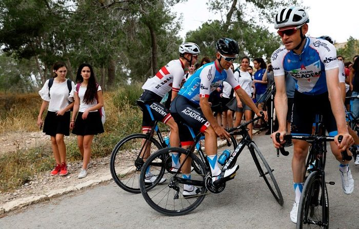 Miembros del equipo de la Academia de Ciclismo de Israel entrenan en Tel Azekah, cerca de Beit Shemesh, el 1 de mayo de 2018, antes del comienzo de la carrera ciclista del Giro de Italia. (Foto de MENAHEM KAHANA / AFP) (El crédito de la foto debe leer MENAHEM KAHANA/AFP/Getty Images)