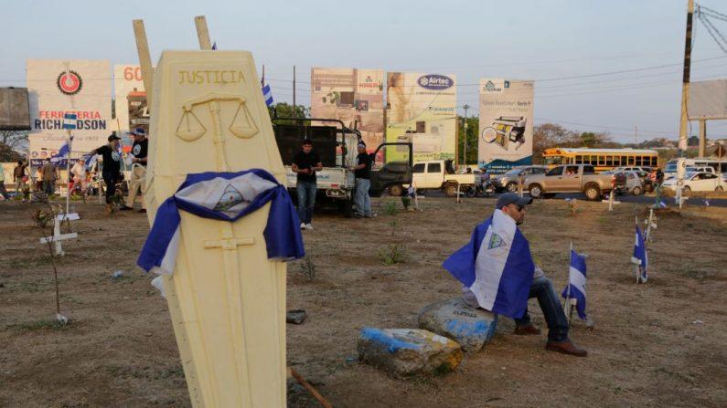 """César Castillo, de 42 años, falleció la mañana de este sábado, consecuencia de una herida en un pulmón. En la foto un ataúd con la inscripción """"Justicia"""" es visto durante una protesta de los abogados que se manifestaron contra el presidente Daniel Ortega, en Managua el 7 de mayo de 2018. (Foto de Inti OCON / AFP) (El crédito de la foto debe leer INTI OCON/AFP/Getty Images)"""