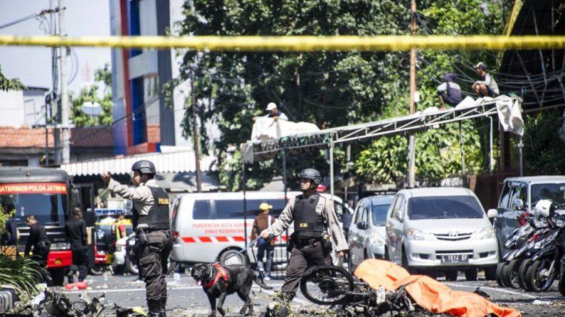La policía de K9 examina un sitio después de los ataques en las afueras de la Iglesia Pentecostal del Centro de Surabaya (Surabaya Gereja Pantekosta Pusat) en Surabaya, Java Oriental, el 13 de mayo de 2018. (Foto de JUNI KRISWANTO/AFP/Getty Images)