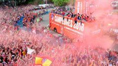 El Atlético de Madrid desfila por la ciudad con su Copa en medio de una multitud