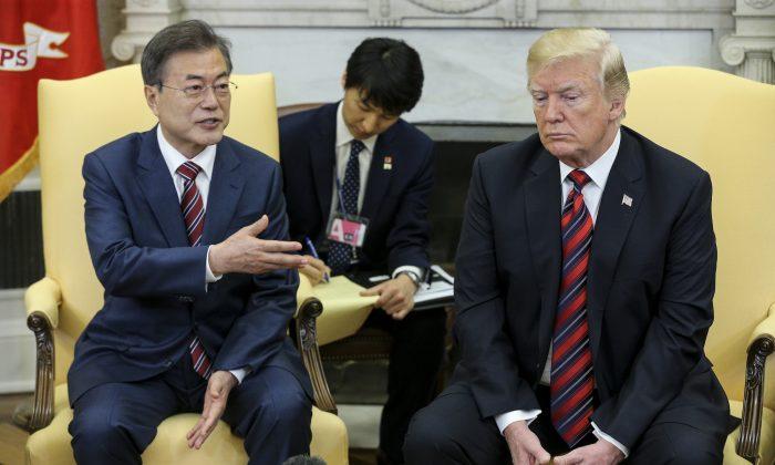 El presidente surcoreano Moon Jae-in habla mientras el presidente Donald Trump escucha durante una reunión en Oficina Oval de la Casa Blanca en Washington DC, el 22 de mayo de 2018. (Oliver Contreras-Pool/Getty Images)