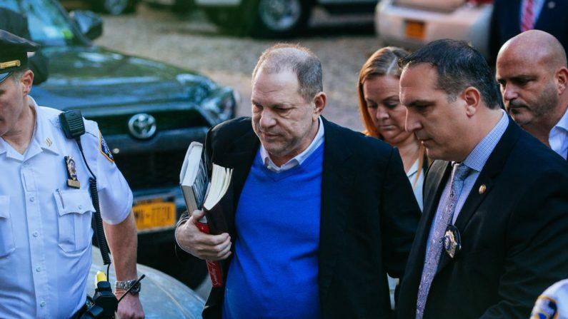 El ex productor cinematográfico, Harvey Weinstein, se entrega al primer precinto del Departamento de Policía de Nueva York, después de haber sido acusado de cargos criminales por la oficina del Fiscal de Distrito de Manhattan, el 25 de mayo de 2018, en la ciudad de Nueva York. (Kevin Hagen/Getty Images)