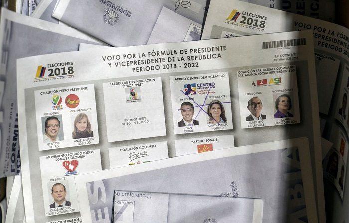 Los votantes acudieron a las urnas el domingo para elegir a un nuevo presidente de Colombia en unas elecciones divisorias que probablemente pesarán mucho en el futuro del frágil acuerdo de paz del gobierno con el antiguo movimiento rebelde FARC. (Foto de Luis ROBAYO / AFP) (El crédito de la foto debe leer LUIS ROBAYO/AFP/Getty Images)