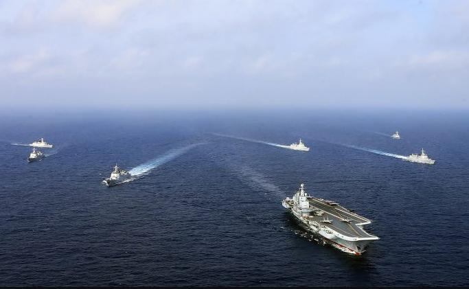 Esta foto tomada en abril de 2018 muestra al único portaaviones operacional de China, el Liaoning (frente), navegando con otros barcos durante un simulacro en el mar. (AFP / Getty Images) ShareTweetCompartirEmail