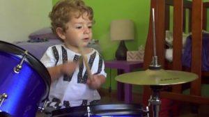 Bebé de 18 meses se sienta en una batería. Cuando empieza a tocar, te dejará impresionado