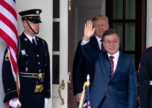 El presidente Donald Trump da la bienvenida a Moon Jae-in, presidente de la República de Corea, en la Casa Blanca en Washington el 22 de mayo de 2018. (Samira Bouaou / La Gran Época)