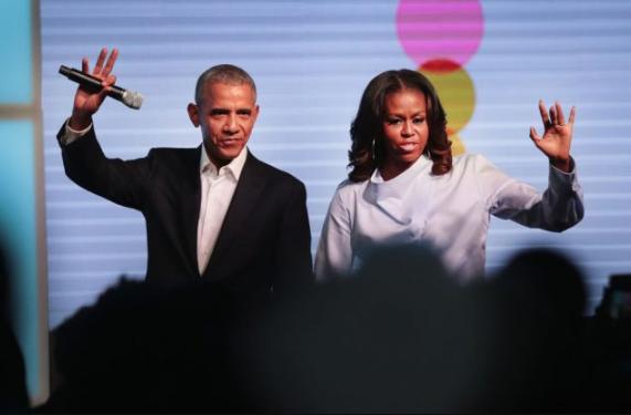 El expresidente Barack Obama y la primera dama Michelle Obama saludan a los invitados en la Cumbre inaugural de la Fundación Obama el 31 de octubre de 2017 en Chicago, Illinois. (Scott Olson / Getty Images)
