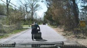 Policía saca su escudo en medio de una solitaria carretera: lo que protege hace que sea muy gracioso