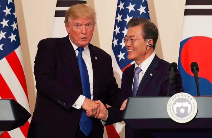 El presidente de Corea del Sur, Moon Jae-In (Der.), estrecha la mano del presidente de Estados Unidos, Donald Trump (Iz.), durante la conferencia de prensa conjunta en la Casa Azul presidencial, el 7 de noviembre de 2017, en Seúl, Corea del Sur. (Chung Sung-Jun/Getty Images)