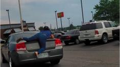 Empleada se aferra al auto de un cliente que huye sin pagar