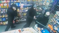 Intrépido empleado hace correr a 3 ladrones armados con un poste de metal
