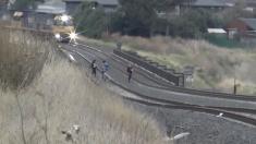 Tren a toda velocidad sorprende a 3 adolescentes que jugaban peligrosamente en las vías