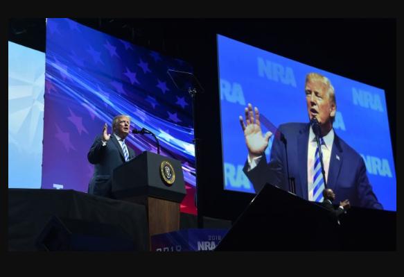 El presidente Donald Trump habla en el Foro de Liderazgo NRA-ILA durante la Reunión Anual de NRA en el Centro de Convenciones Kay Bailey Hutchison en Dallas, Texas, el 4 de mayo de 2018. (Nicholas Kamm / AFP / Getty Images)