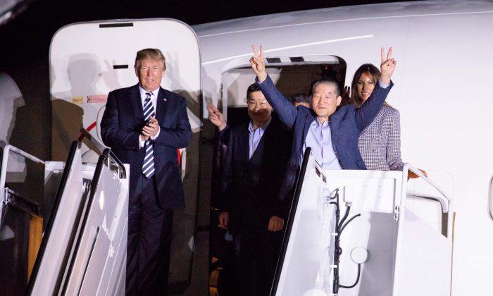 El presidente Donald Trump saluda el 10 de mayo en Maryland a los tres estadounidenses que regresaron a los Estados Unidos después de ser encarcelados en Corea del Norte. (Samira Bouaou / La Gran Época)