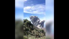 Turistas disfrutan increíble vista del volcán Santiaguito, cuando una gran explosión sacude el suelo