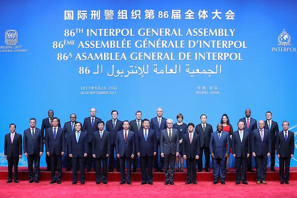 El Presidente de China, Xi Jinping (Centro), junto con el Secretario General de Interpol, Jurgen Stock (Centro Der.), y Meng Hongwei (Centro Izq.), Presidente de Interpol, posan para una foto de grupo en la 86a reunión de la Asamblea General de INTERPOL, que se celebró en el Centro Nacional de Convenciones de Beijing, el 26 de septiembre de 2017. (Lintao Zhang - Pool/Getty Images)