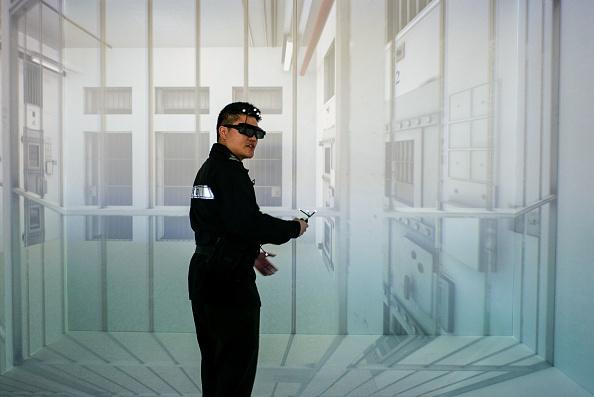 Un funcionario del Departamento de Servicios Correccionales interactúa con un programa de simulación de realidad virtual durante una demostración para los medios de comunicación en el Instituto de Capacitación del Personal de Transmisión de Datos y Conmutación de Circuitos en el distrito de Stanley en Hong Kong, el 27 de febrero. (ANTHONY WALLACE/AFP/Getty Images)