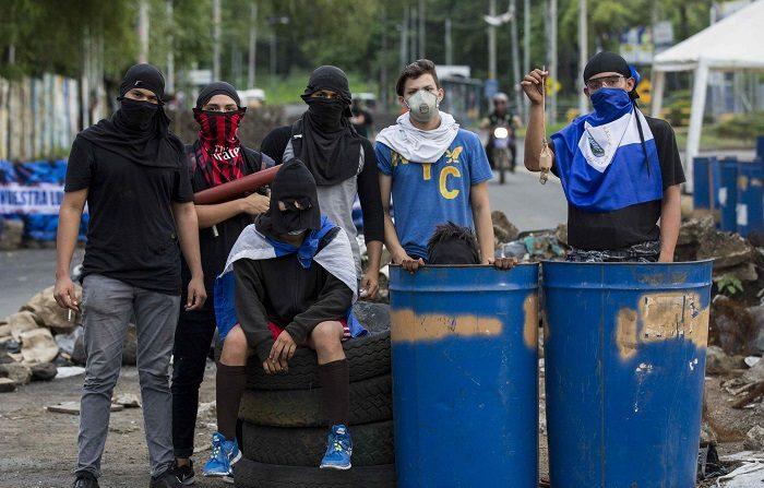 Exgobernantes piden a OEA y Grupo de Lima medidas de urgencia para Nicaragua Varios jóvenes resguardan una trinchera durante el día número 44 de protestas en contra del gobierno de Daniel Ortega ayer, jueves 31 de mayo de 2018, en los alrededores de la Universidad Nacional Autónoma de Nicaragua, en Managua (Nicaragua). EFE