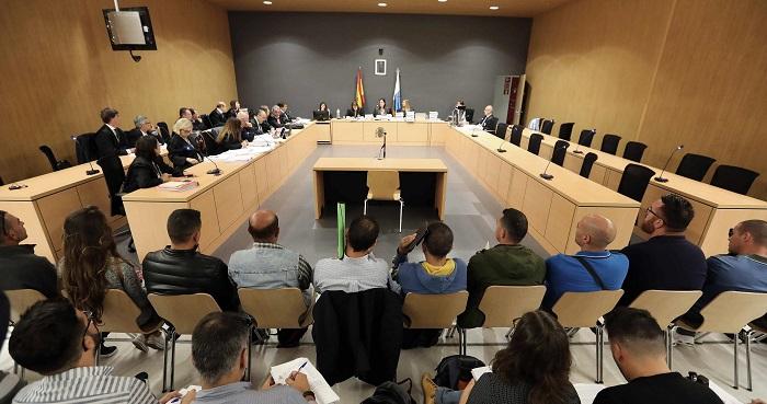 La Audiencia suspende de nuevo el juicio Botavara por la falta de un acusado La Audiencia de Las Palmas suspendió hoy de nuevo por segunda vez el juicio contra los doce componentes de una banda de narcotraficantes de Fuerteventura presuntamente liderada por cinco guardias civiles, para los que se piden penas de hasta 31 años y medio de cárcel. EFE