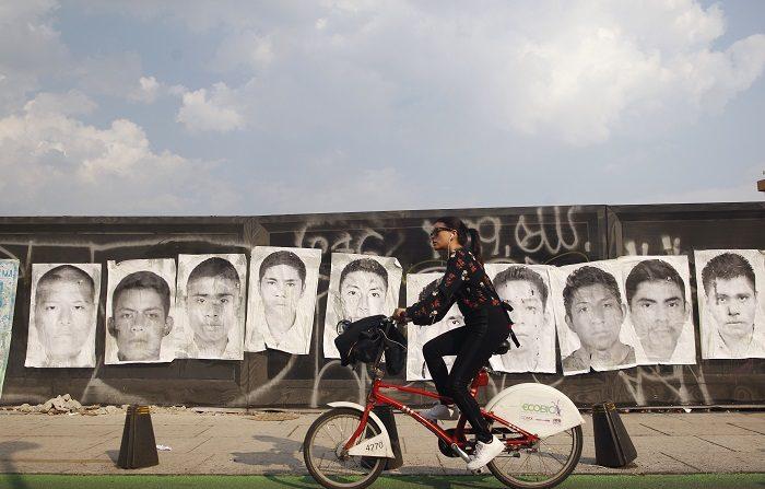 Estudiantes y familiares de los 43 estudiantes desaparecidos de Ayotzinapa el 26 de septiembre del 2014 en el municipio de Iguala, en el sureño estado de Guerrero, marchan acompañados de activistas para exigir justicia 46 meses después de las desapariciones. EFE/Archivo