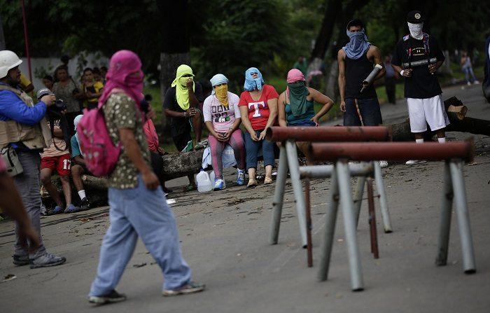 EE.UU. recomienda no viajar a Nicaragua y retira familiares de diplomáticos El Gobierno recomendó hoy a sus ciudadanos no viajar a Nicaragua por la escalada de violencia a raíz de las protestas contra el presidente, Daniel Ortega, y ordenó la salida de los familiares de los diplomáticos. EFE/ARCHIVO