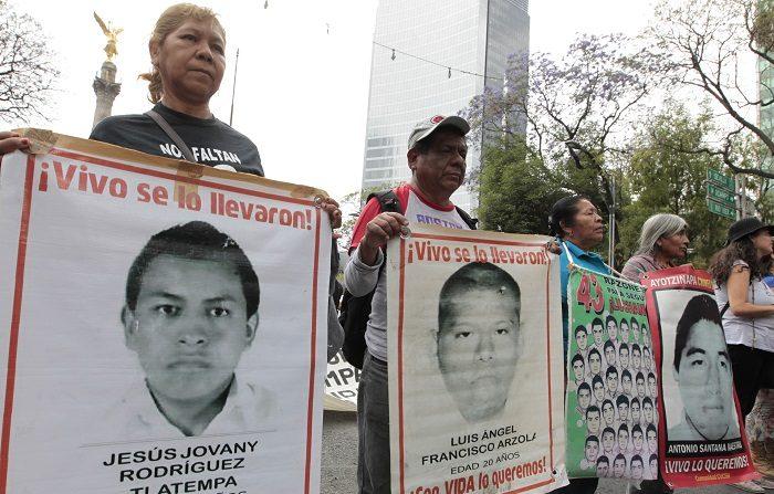 MEX10. CIUDAD DE MÉXICO (MÉXICO), 26/02/2018.- Familiares de los 43 estudiantes de la escuela para maestros de Ayotzinapa desaparecidos el 26 de septiembre del 2014 en el municipio de Iguala, en el sureño estado de Guerrero, marchan acompañados de activistas y estudiantes para exigir justicia 41 meses después de las desapariciones hoy, lunes 26 de febrero de 2018, en Ciudad de México (México). EFE/Mario Guzmán