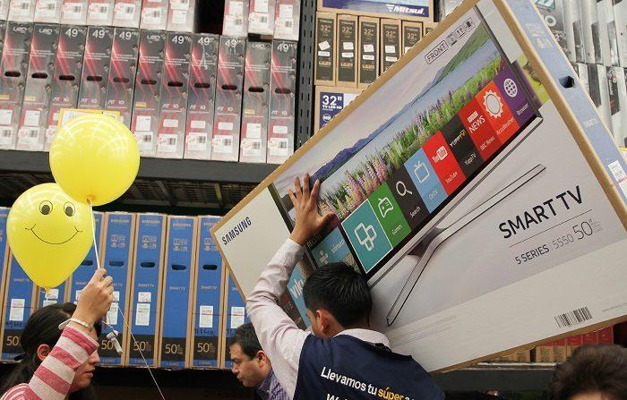 Tiendas obligadas a generar nuevas experiencias para superar venta digital Varias personas realizan compras en una tienda departamental. EFE/Archivo