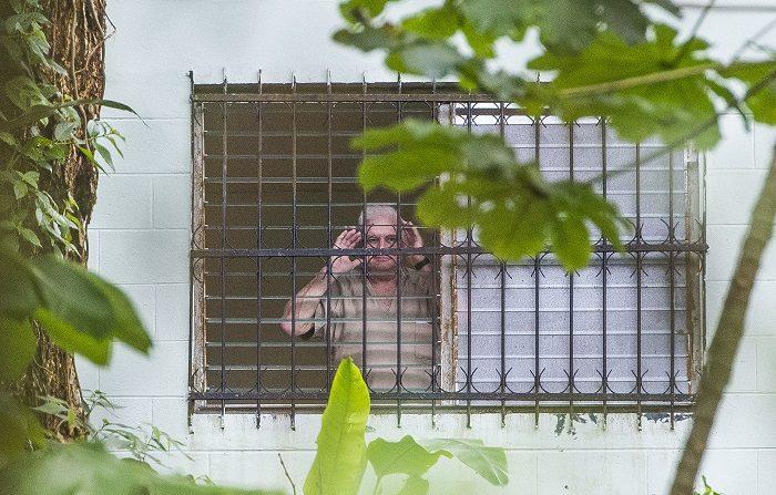 Martinelli amanece en la sala de cuidados intensivos del hospital estatal en Panamá El expresidente panameño Ricardo Martinelli saluda el 11 de junio de 2018, desde su reclusión en la cárcel El Renacer, cerca a la capital Ciudad de Panamá (Panamá). EFE
