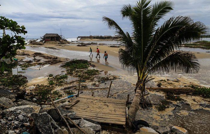Huracán Bud sube a categoría 4 y afecta a varios estados de México Vista general de los daños que dejo a su paso el Huracán Bud en las costas del puerto de Acapulco, Guerrero (México). EFE