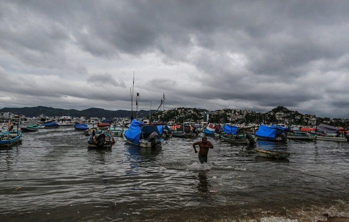 Cierran escuelas en sur de México por lluvias causadas por depresión tropical. Pescadores resguardan sus embarcaciones, el jueves 14 de junio de 2018, en municipios cercanos a la costa de Acapulco, en el estado de Guerrero (México). EFE