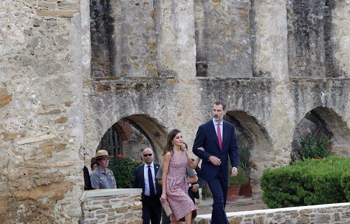 Reyes de España visitan muestra sobre el legado urbanístico español en EEUU El Rey Felipe VI y la Reina Letizia, durante la visita realizada a la Misión de San José, en la ciudad tejana de San Antonio.-EFE