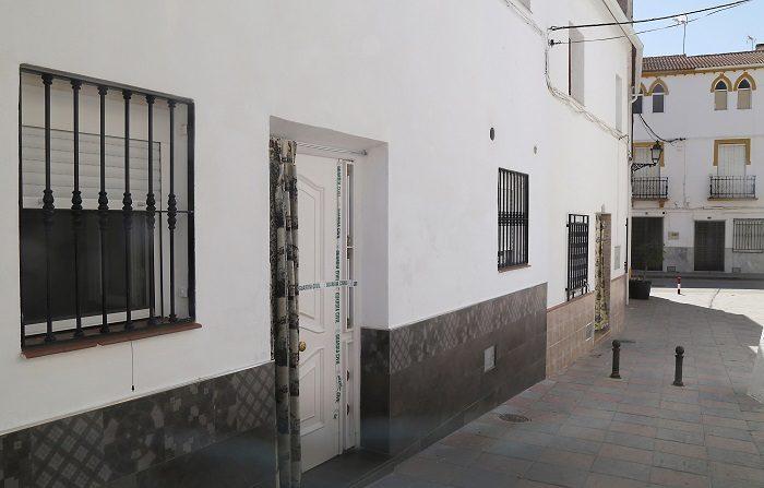 Prisión para el detenido por matar a su mujer en Guadahortuna (Granada) La Guardia Civil arrestó ayer a un hombre que disparó dos veces a su mujer en la puerta de su domicilio de Guadahortuna (Granada). En la imagen, vivienda de la pareja precintada pro la Guardia Civil. EFE