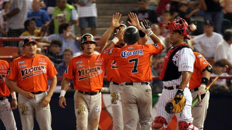 Los Leones de Yucatán celebran un cuadrangular en la cuarta entrada, anoche en la ciudad de Monterrey durante el primer juego de la serie final de la Liga Mexicana de Béisbol ante los Sultanes de Monterrey. EFE/Archivo