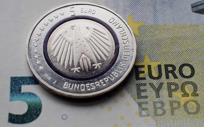 La inversión extranjera en España cayó un 3,8 % en el primer trimestre Un ejemplar de la moneda de cinco euros 'Planeta Tierra' es expuesta junto a un billete de cinco euros en Hannover, Alemania. EFE/Archivo