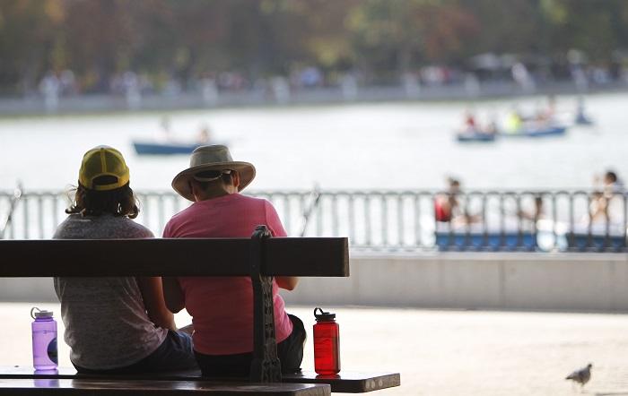 Sanidad activa la primera alerta por calor del año, con máximas de hasta 38ºC Una pareja en el parque de El Retiro. EFE/Archivo