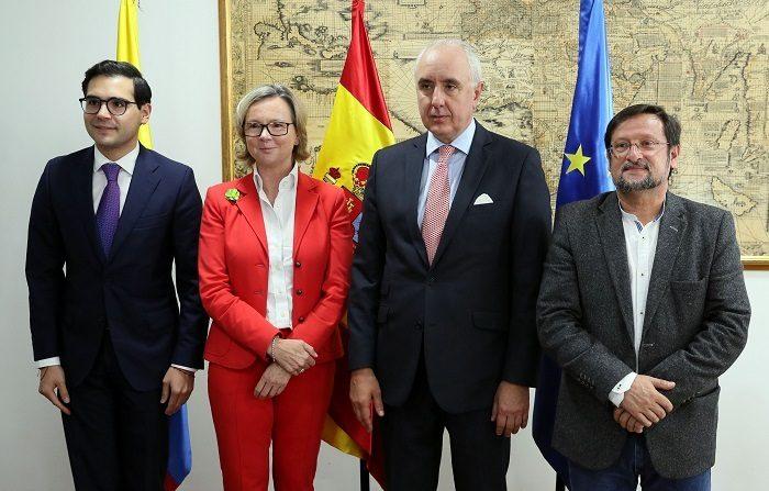 El director de APC-Colombia, Sergio Londoño Zurek (i); la embajadora de la Unión Europea (UE) en Colombia, Patricia Llombart (2i); el embajador de España en Colombia, Pablo Gómez de Olea (2d), y el alcalde de Ipiales, Ricardo Romero (d), en Bogotá durante la firma de un acuerdo para poner en marcha un proyecto de 9,2 millones de dólares para desarrollar programas productivos en el departamento de Nariño. EFE
