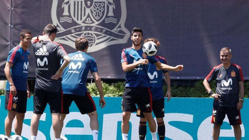 El jugador de la selección española Marco Asensio (c) participa en un entrenamiento para suplentes, un día después de que España se impusiera a Irán por 0-1 en la segunda jornada del Mundial de Rusia 2018, en la ciudad de Krasnodar, Rusia, hoy, 21 de junio de 2018. EFE