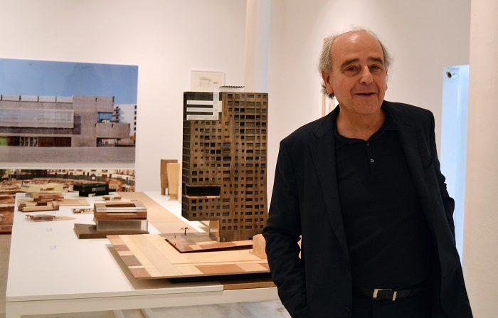 Fotografía facilitada por Icempresarial del arquitecto Josep Lluís Mateo que inaugura una exposición en la Galería Joan Prats de Barcelona, que incluye maquetas, fotografías, vídeos, esbozos y croquis de algunas de sus obras y proyectos. EFE