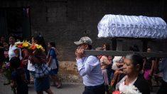 Suben a 74 los muertos por volcán en Guatemala entregados a sus familiares