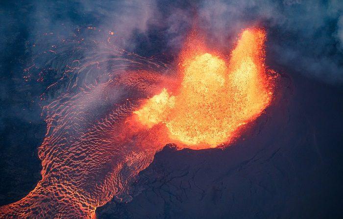 La erupción del volcán de Hawái (EE.UU.) provoca un temblor de 5,2 grados. El calibre de las sucesivas erupciones del Kilauea desde comienzos de mayo es tal que la lava negra que ha cubierto en las últimas semanas grandes partes de la isla, puede apreciarse desde el espacio, según puede verse en imágenes distribuidas por la Agencia Espacial estadounidense (NASA). EFE/Archivo